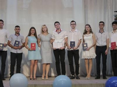 Дипломы вручили выпускникам физмата