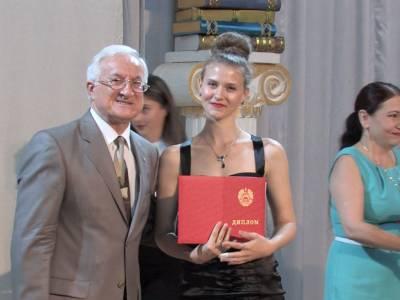Выпускникам филологического факультета вручили дипломы