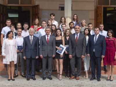Глава государства вручил дипломы выпускникам  медицинского факультета